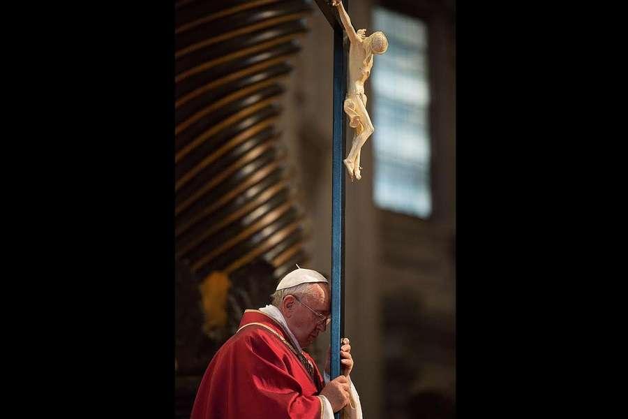 church offering prayer - 900×600